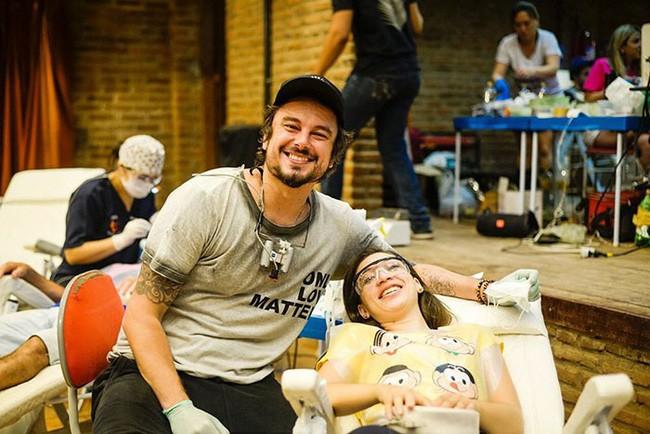 Nha sĩ Brazil được tôn làm người hùng sau khi làm răng miễn phí, đem lại nụ cười cho hàng trăm người dân nghèo khổ - ảnh 1