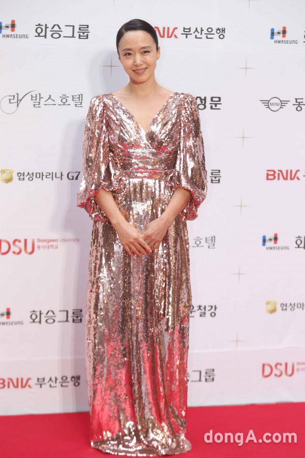 Thảm đỏ LHP Busan ngày 2: Yoona hóa nữ hoàng quyến rũ, đè bẹp dàn mỹ nhân U50 hở bạo khoe vòng 1 nhức mắt - ảnh 15