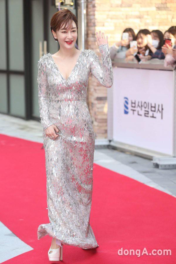 Thảm đỏ LHP Busan ngày 2: Yoona hóa nữ hoàng quyến rũ, đè bẹp dàn mỹ nhân U50 hở bạo khoe vòng 1 nhức mắt - ảnh 10