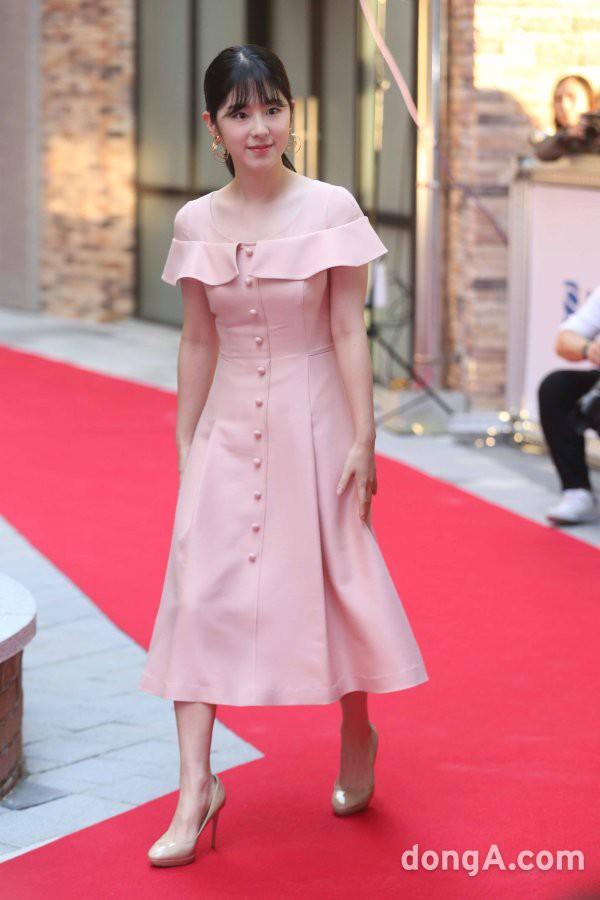 Thảm đỏ LHP Busan ngày 2: Yoona hóa nữ hoàng quyến rũ, đè bẹp dàn mỹ nhân U50 hở bạo khoe vòng 1 nhức mắt - ảnh 20
