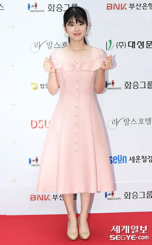 Thảm đỏ LHP Busan ngày 2: Yoona hóa nữ hoàng quyến rũ, đè bẹp dàn mỹ nhân U50 hở bạo khoe vòng 1 nhức mắt - ảnh 21