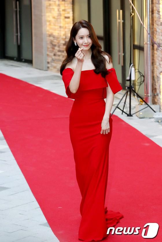 Thảm đỏ LHP Busan ngày 2: Yoona hóa nữ hoàng quyến rũ, đè bẹp dàn mỹ nhân U50 hở bạo khoe vòng 1 nhức mắt - ảnh 4