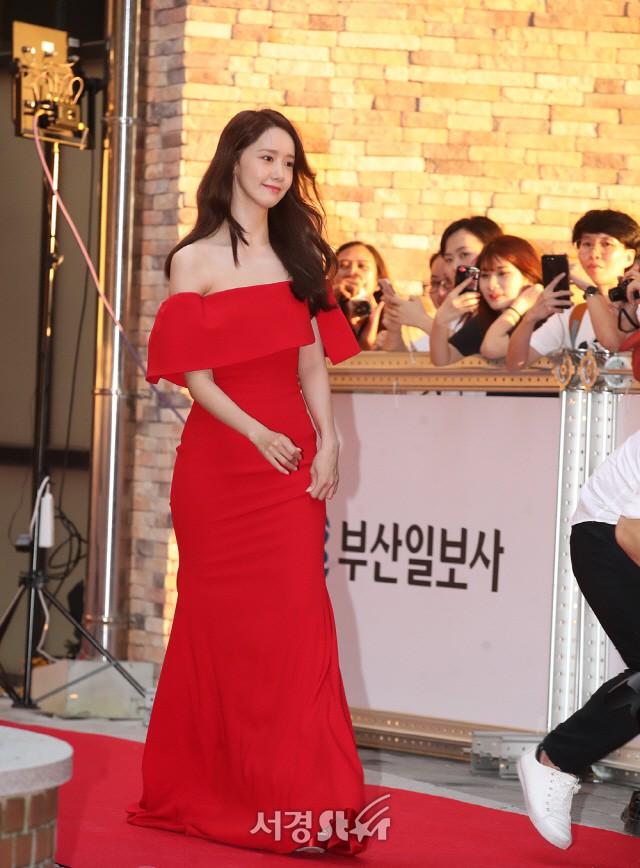 Thảm đỏ LHP Busan ngày 2: Yoona hóa nữ hoàng quyến rũ, đè bẹp dàn mỹ nhân U50 hở bạo khoe vòng 1 nhức mắt - ảnh 1