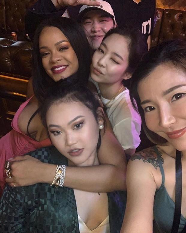 Khi sao châu Á và Hollywood đọ sắc cùng khung hình: Jennie (BLACKPINK) lép vế trước Rihanna, Dương Mịch quá đẳng cấp bên Kendall - ảnh 2