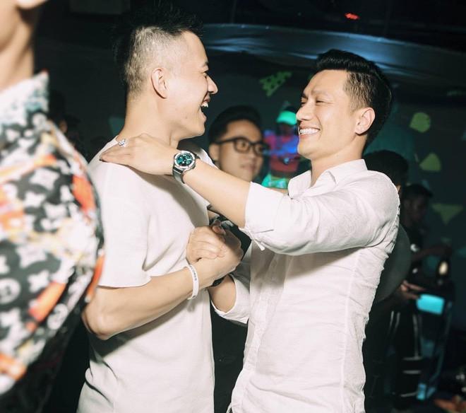 Tranh cãi nhan sắc Việt Anh trong ảnh tự đăng và được tag: Netizen đang mừng bỗng ngã ngửa vì nhan sắc thật! - Ảnh 3.