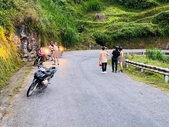 Xôn xao hình ảnh 4 người đàn ông khỏa thân đi xe máy lên đèo Mã Pì Lèng, chụp ảnh check in phản cảm trước cửa KS Panorama - Ảnh 3.