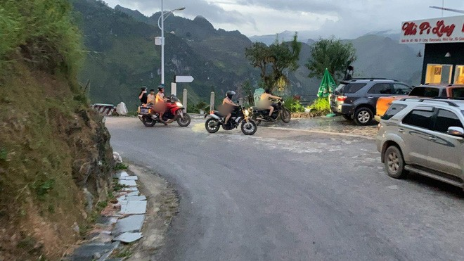 Xôn xao hình ảnh 4 người đàn ông khỏa thân đi xe máy lên đèo Mã Pì Lèng, chụp ảnh check in phản cảm trước cửa KS Panorama - Ảnh 1.