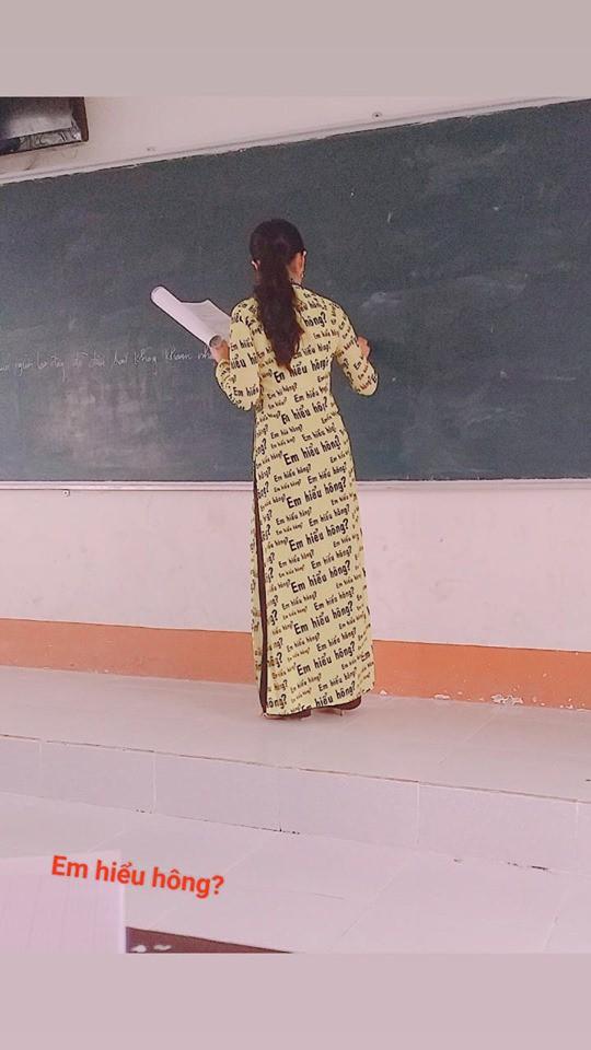 Cô giáo đứng lớp bá đạo với bộ áo dài Em hiểu hông?, ai nhìn vào cũng muốn may tặng giáo viên mình một bộ y chang - ảnh 1
