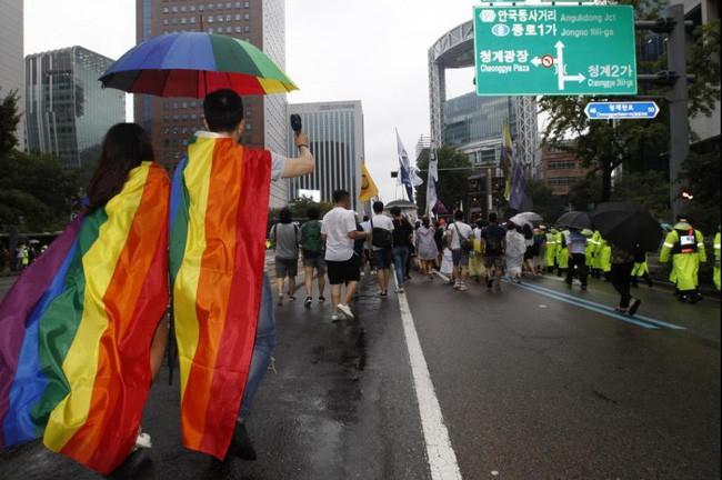 Nỗi khổ của cộng đồng LGBT ở Hàn Quốc: Bị xem như dân thứ cấp, không dám sống đúng với giới tính vì đâu đâu cũng kỳ thị - ảnh 2