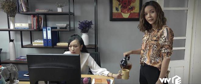 Không vừa lòng thái độ, chị Nguyệt (Những Nhân Viên Gương Mẫu) bày trò đổ luôn nước sôi vào tay cấp dưới - ảnh 1