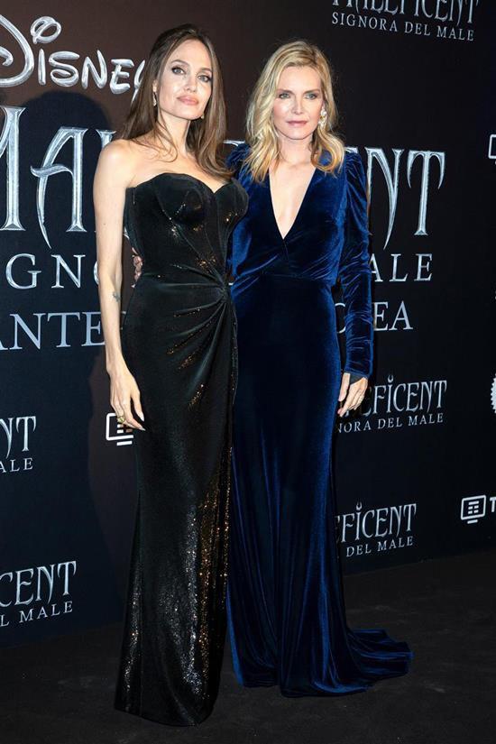 Angelina Jolie lộ ảnh bách hợp hôn môi bà sui ở họp báo Maleficent: Chị chị em em phiên bản Hollywood đây ư? - Ảnh 4.