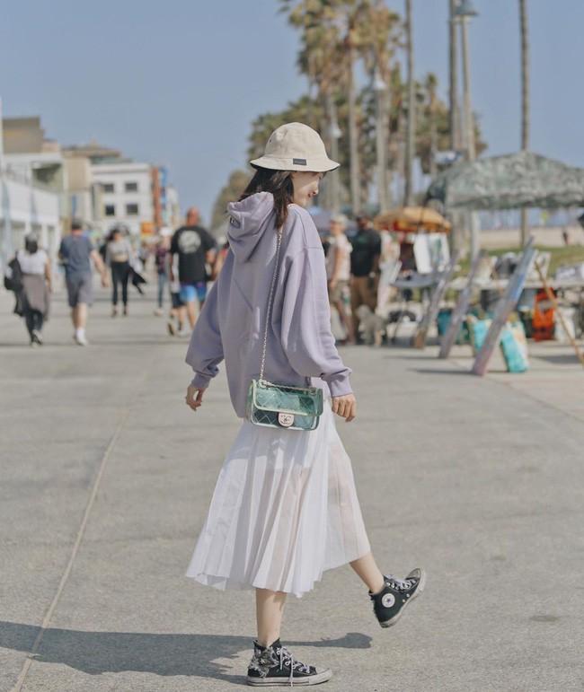 """Chân váy xếp li vẫn hot điên đảo và bạn nên """"ghim"""" 12 ý tưởng diện item này cho sành điệu bằng chị bằng em - ảnh 10"""