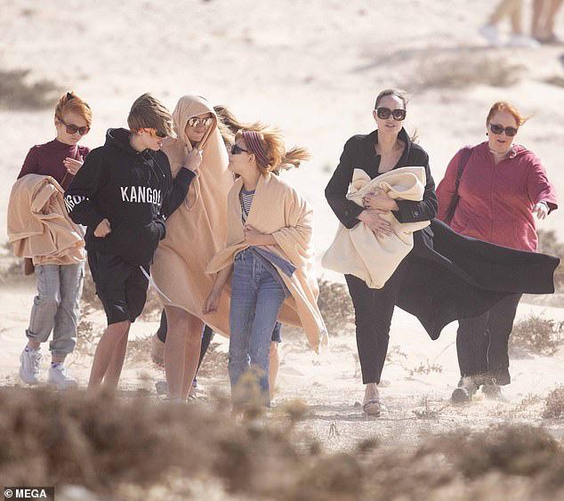 Angelina Jolie đưa con đi chơi mà như quay phim: Nổi bần bật dù lộ body gầy gò, sóng đôi bên bạn diễn siêu phẩm Marvel mới - ảnh 2