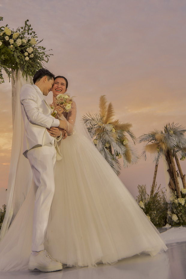 Đông Nhi - Ông Cao Thắng cùng các khách mời quẩy banh nóc, hát cùng nhau ca khúc Yêu Là Cưới mới toanh trong hôn lễ - ảnh 2