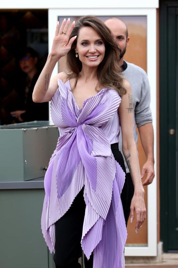 Angelina Jolie đưa con đi chơi mà như quay phim: Nổi bần bật dù lộ body gầy gò, sóng đôi bên bạn diễn siêu phẩm Marvel mới - ảnh 9