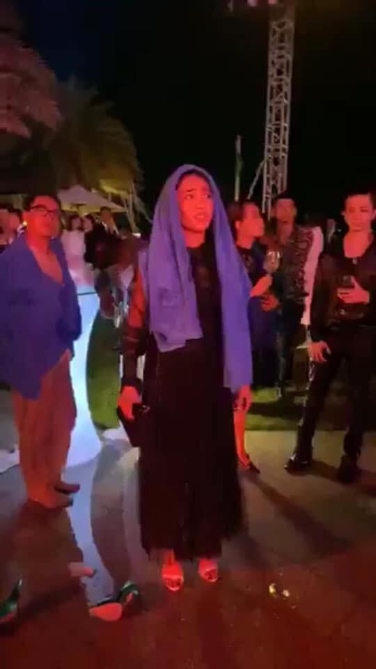 Những pha tấu hài cực mạnh sau đám cưới Đông Nhi - Ông Cao Thắng: Diệu Nhi rơi tóc giả, Quang Vinh bị ném xuống bể bơi - ảnh 4