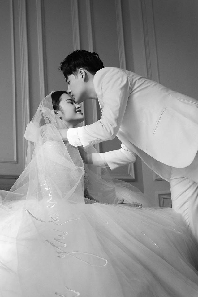 Ngọt lịm tim trong hậu trường đám cưới Đông Nhi - Ông Cao Thắng: Từ nụ hôn đến cái nắm tay cũng tình như cổ tích! - ảnh 6