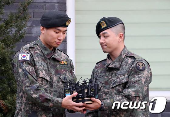 Taeyang và Daesung (BIGBANG) chính thức xuất ngũ: Béo lên trông thấy, vui mừng trước 1000 fan vây kín cả khu vực - ảnh 6