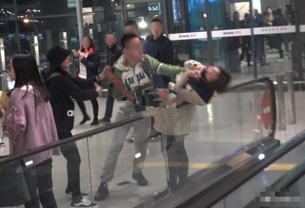 Sự việc hy hữu: Fan bị bóp cổ ngay tại sân bay vì xô xát, phản ứng của Angela Baby gây chú ý lớn - ảnh 1