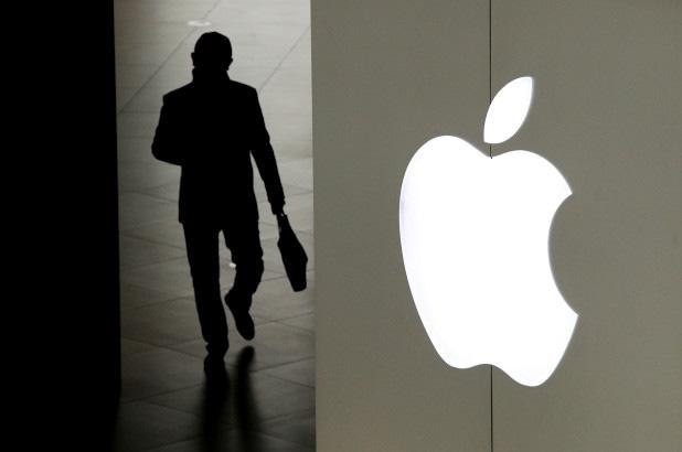 Mò mẫm ảnh nóng của khách nhờ sửa iPhone, gã nhân viên Apple biến thái nhận ngay cái kết tởn tới già - ảnh 1