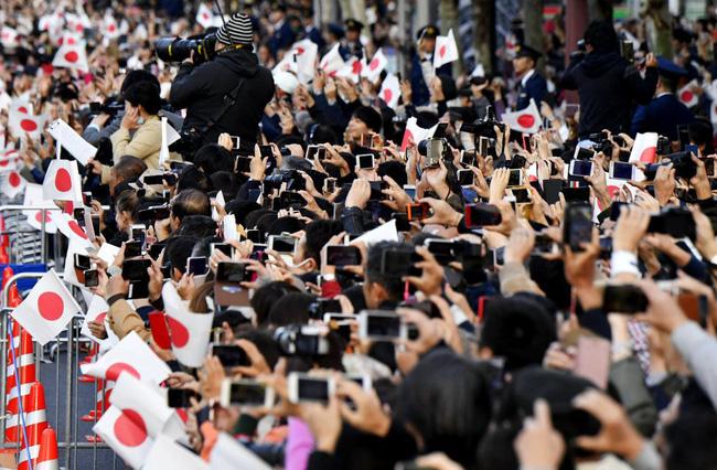 Vợ chồng Nhật hoàng Naruhito diễu hành ra mắt dân chúng, Hoàng hậu Masako gây choáng ngợp với vẻ đẹp rạng rỡ hệt như ngày đầu làm dâu hoàng gia - ảnh 3