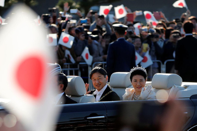 Vợ chồng Nhật hoàng Naruhito diễu hành ra mắt dân chúng, Hoàng hậu Masako gây choáng ngợp với vẻ đẹp rạng rỡ hệt như ngày đầu làm dâu hoàng gia - ảnh 4