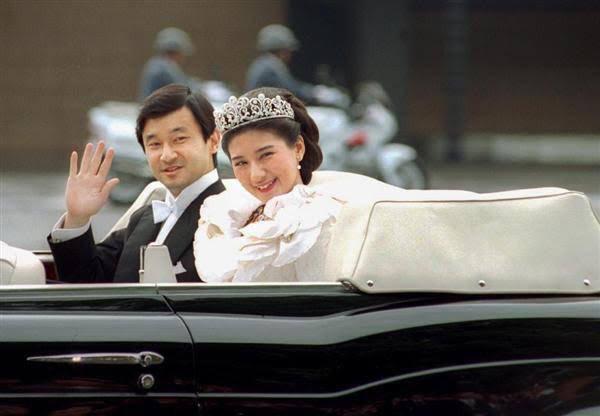 Vợ chồng Nhật hoàng Naruhito diễu hành ra mắt dân chúng, Hoàng hậu Masako gây choáng ngợp với vẻ đẹp rạng rỡ hệt như ngày đầu làm dâu hoàng gia - ảnh 7
