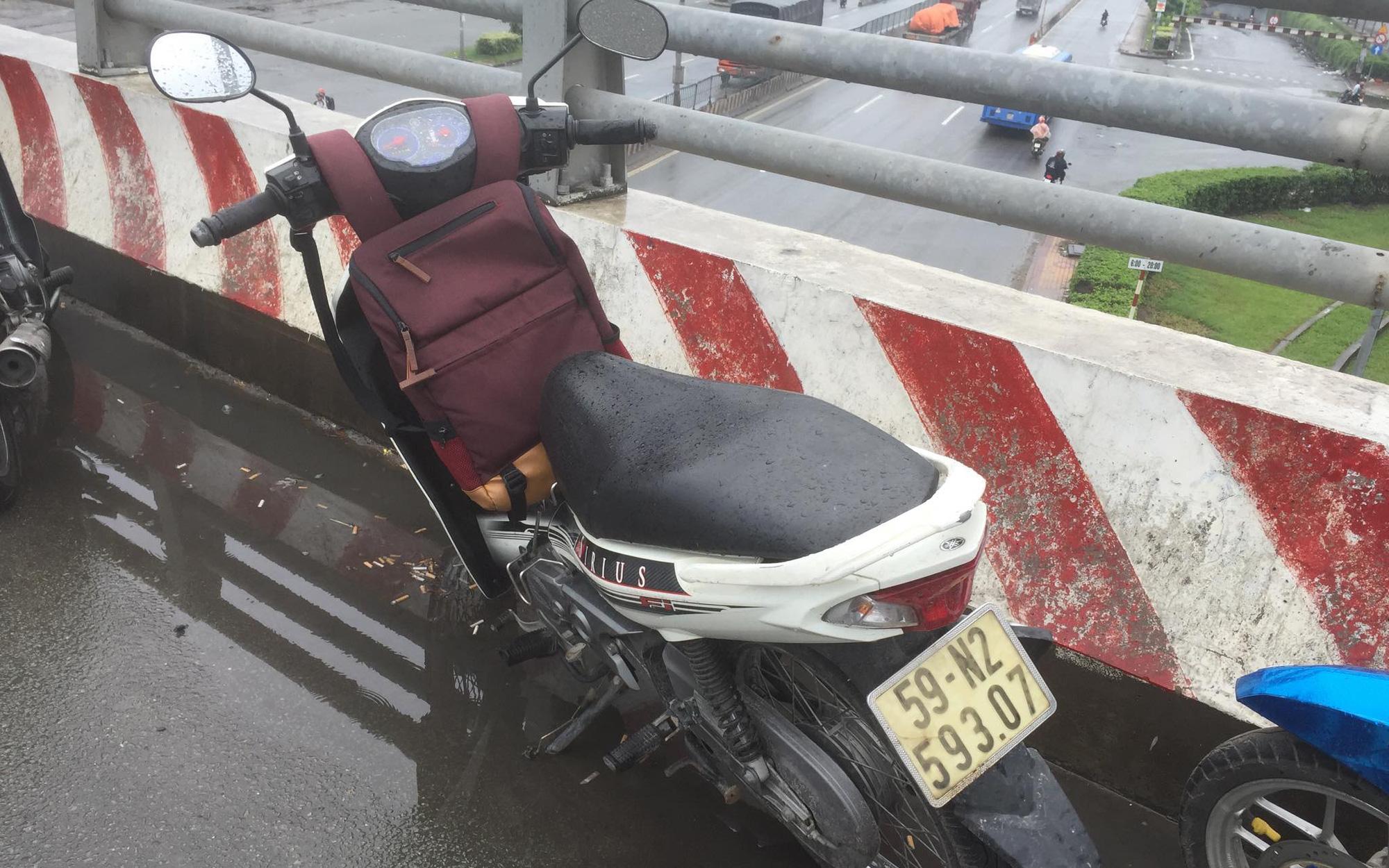 TP. HCM: Bỏ lại xe máy, nam sinh viên đại học FPT nghi nhảy từ cầu vượt xuống đất tự tử