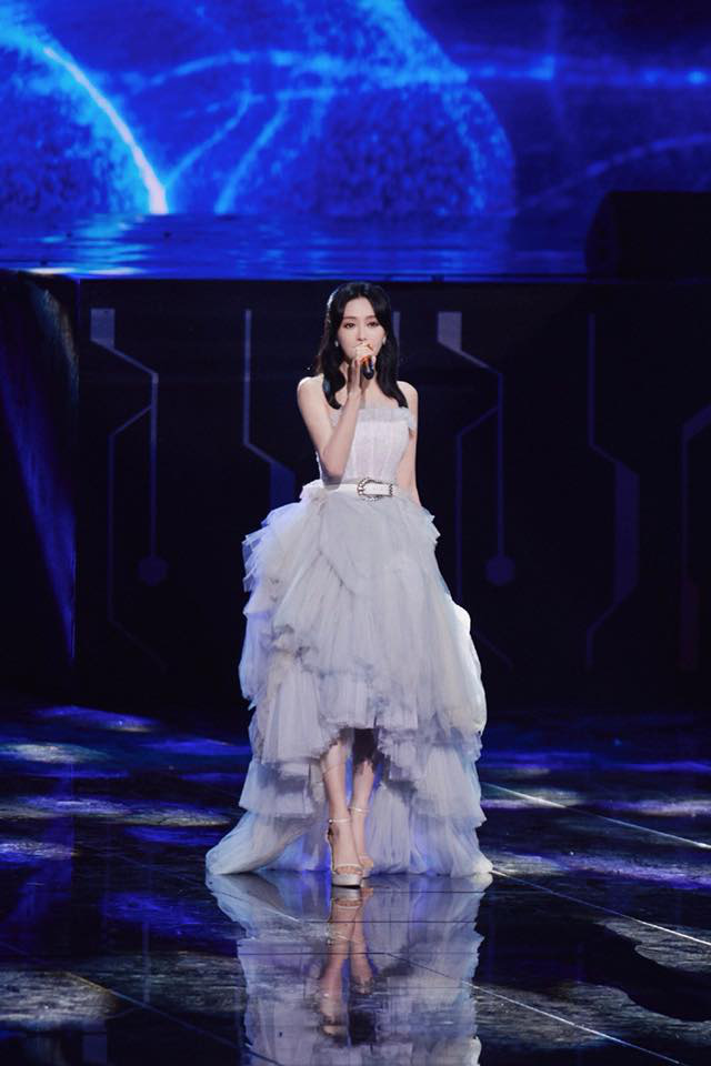 Màn xuất hiện hoành tráng nhất sóng truyền hình: Tần Lam gây sốt với chiếc váy siêu ảo diệu phá đảo cả Weibo - ảnh 1