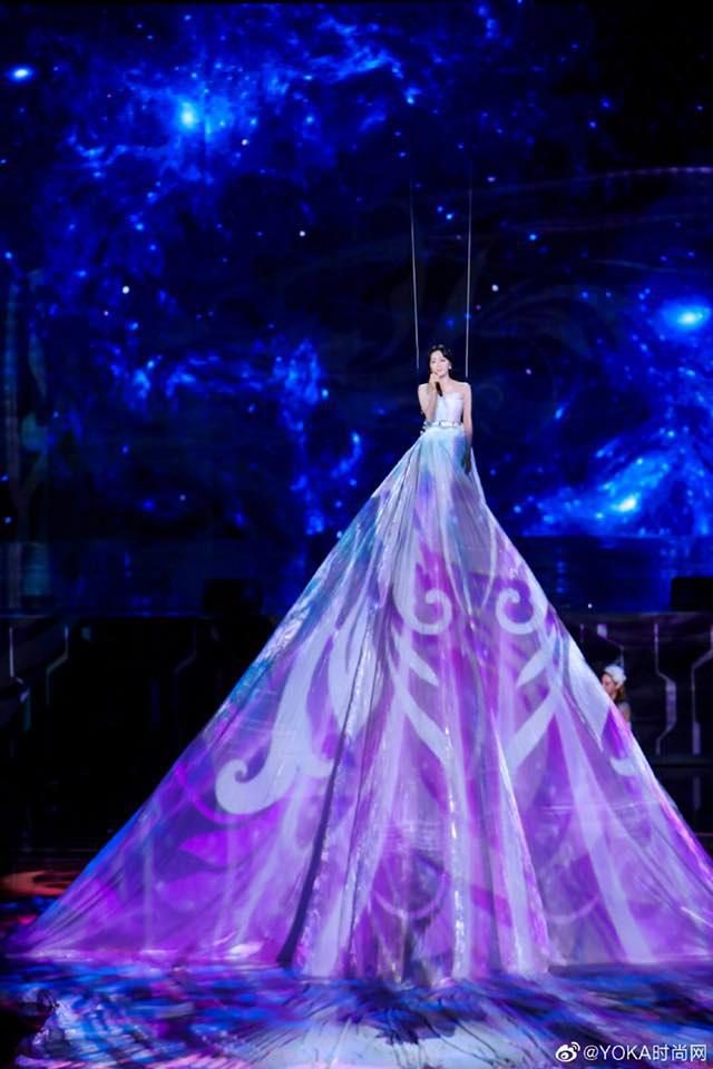 Màn xuất hiện hoành tráng nhất sóng truyền hình: Tần Lam gây sốt với chiếc váy siêu ảo diệu phá đảo cả Weibo - ảnh 3