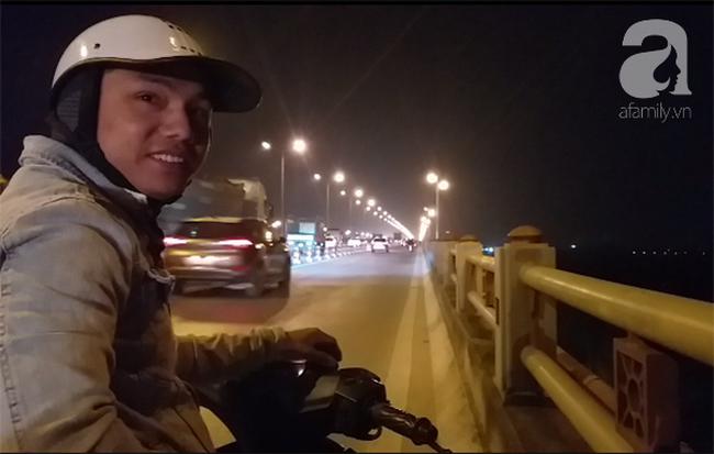 """Sự thật về người phụ nữ suốt nhiều năm """"dắt con đi nhờ xe"""" trên cầu Thanh Trì: Đứa bé đã lớn nhưng vẫn ngày ngày lang thang cùng mẹ, không được đến trường - ảnh 1"""