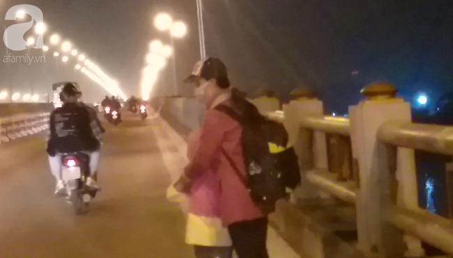 """Sự thật về người phụ nữ suốt nhiều năm """"dắt con đi nhờ xe"""" trên cầu Thanh Trì: Đứa bé đã lớn nhưng vẫn ngày ngày lang thang cùng mẹ, không được đến trường - ảnh 2"""