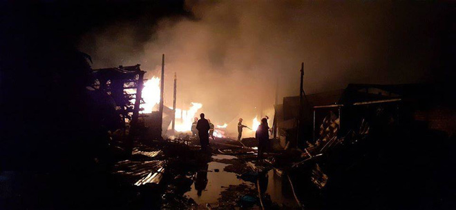 9 lò than bốc cháy ngùn ngụt, hơn 50 chiến sĩ cảnh sát chữa cháy thâu đêm - ảnh 2