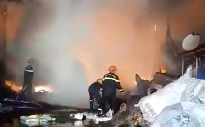 9 lò than bốc cháy ngùn ngụt, hơn 50 chiến sĩ cảnh sát chữa cháy thâu đêm - ảnh 1