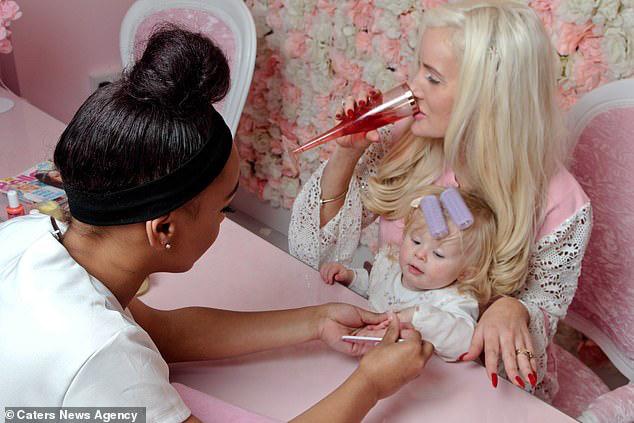 Bà mẹ chi 30 triệu đồng/ tháng cho thẩm mỹ viện để dạy con gái một bài học: Làm việc chăm chỉ nhưng luôn dành thời gian cho bản thân - ảnh 1