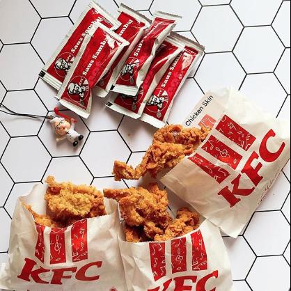 Món da gà tẩm bột chiên mở bán ở KFC Singapore khiến dân tình sôi sục, bao giờ mới đến Việt Nam đây? - Ảnh 2.
