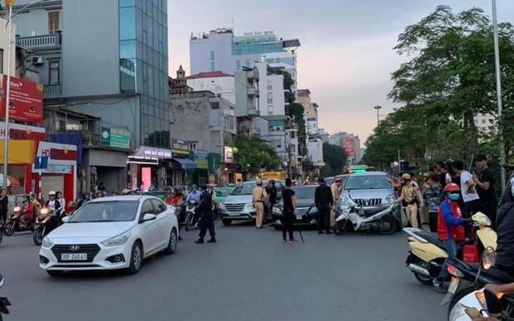 """Hà Nội: Gây tai nạn rồi bỏ chạy, tài xế """"thông chốt"""" bất thành liền cố thủ trong xe"""