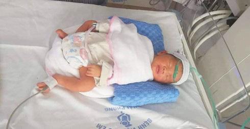 Hải Phòng: Truy tìm xe ô tô húc sản phụ tử vong rồi bỏ trốn, bé sơ sinh được mổ sinh cấp cứu - Ảnh 1.
