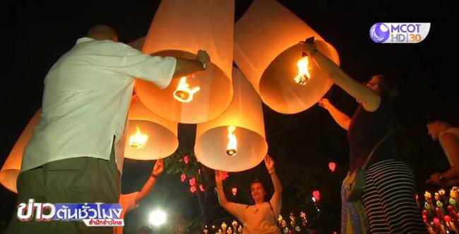 Hậu lễ hội thả đèn trời Thái Lan lung linh huyền ảo: Người dân khóc mếu nhặt rác mỏi tay, sân bay hốt hoảng, nhà cháy thành tro - ảnh 2