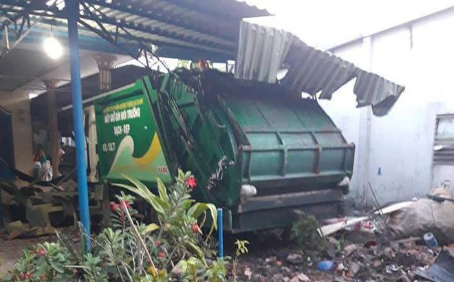 Xe chở rác húc xe bánh mì rồi lao vào nhà dân tông sập mái hiên - ảnh 1