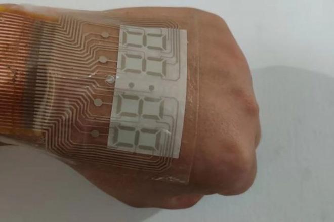 Trung Quốc chế tạo ra màn hình siêu mỏng và dẻo tới mức dán được trên da, xịn y như đồ chơi Iron Man - ảnh 3