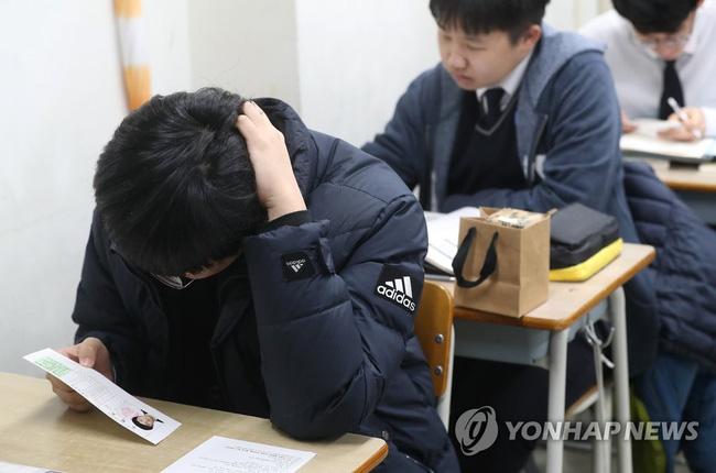 Nam sinh Hàn Quốc đến nhầm điểm thi không được cho vào, đành bỏ lỡ 1 năm đèn sách về liền muốn tự tử nhưng bị dân mạng chỉ trích kịch liệt - ảnh 1
