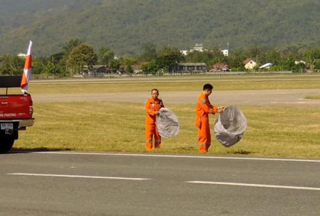 Hậu lễ hội thả đèn trời Thái Lan lung linh huyền ảo: Người dân khóc mếu nhặt rác mỏi tay, sân bay hốt hoảng, nhà cháy thành tro - ảnh 4