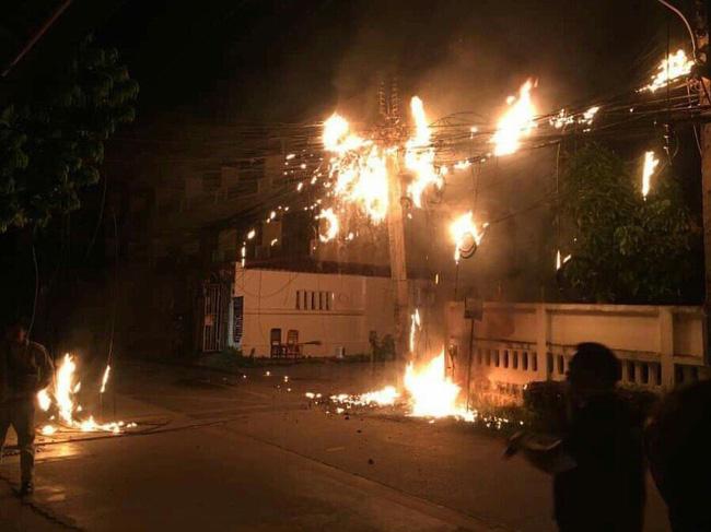 Hậu lễ hội thả đèn trời Thái Lan lung linh huyền ảo: Người dân khóc mếu nhặt rác mỏi tay, sân bay hốt hoảng, nhà cháy thành tro - ảnh 8