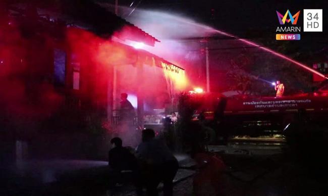 Hậu lễ hội thả đèn trời Thái Lan lung linh huyền ảo: Người dân khóc mếu nhặt rác mỏi tay, sân bay hốt hoảng, nhà cháy thành tro - ảnh 9