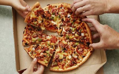 Đố bạn biết, vì sao pizza có hình tròn nhưng lại được đựng trong hộp vuông và cắt theo hình tam giác?