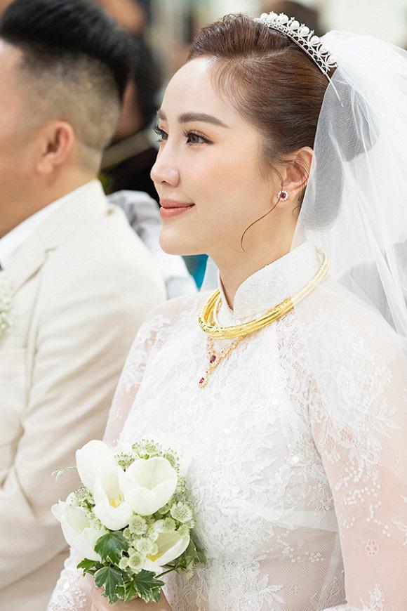 Ngắm trang sức đắt tiền của Bảo Thy trong hôn lễ sáng nay: Kim cương siêu to khổng lồ, vàng đầy cả tay - Ảnh 2.