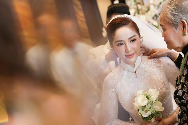Ngắm trang sức đắt tiền của Bảo Thy trong hôn lễ sáng nay: Kim cương siêu to khổng lồ, vàng đầy cả tay - Ảnh 4.