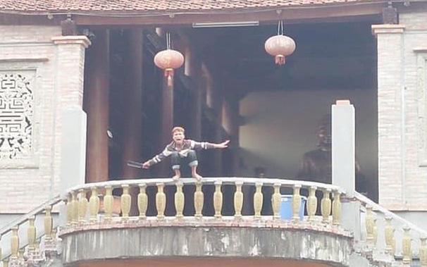 Hà Nội: Nam thanh niên nghi ngáo đá, cố thủ 6 tiếng trên nóc nhà, tự cầm dao chặt ngón tay