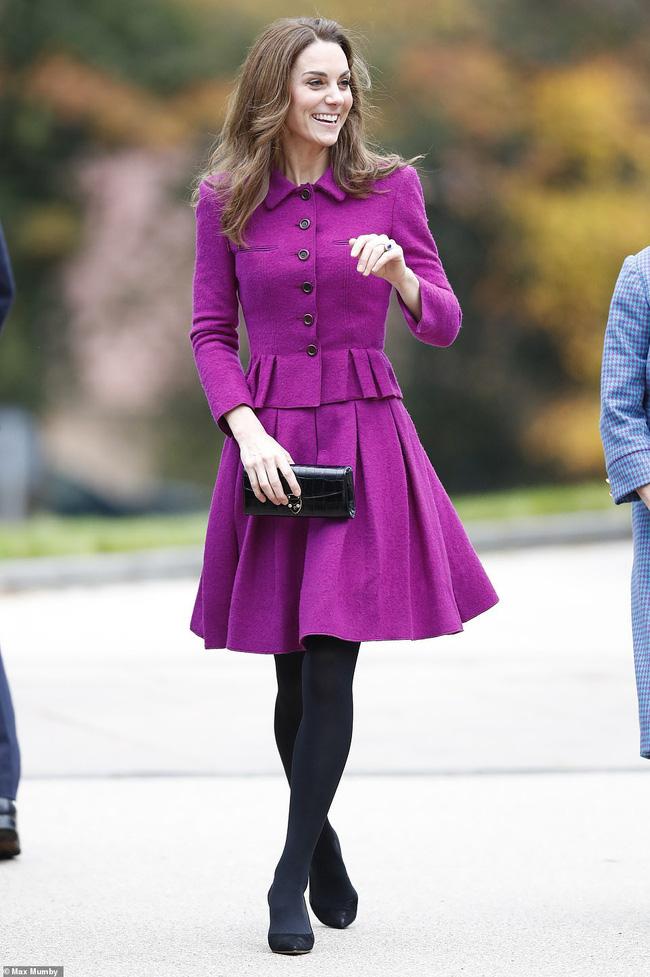 Diện đồ tím chuẩn trend, Công nương Kate lại khiến dân tình nhớ đến hình ảnh của mẹ chồng Diana - ảnh 1